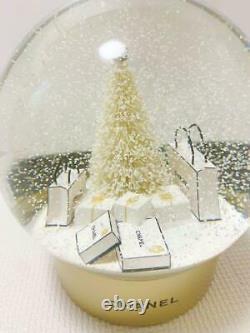 Chanel Snow Globe XL White Christmas Tree Gold Aa Batteries Pour Les Étalages En Magasin