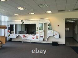 Half Step Van Alimentaire Truck In / Outdoor Magasin Avant Serve Afficher La Fenêtre Ou Dans Le Lobby